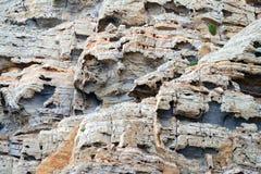 Nahes hohes Bild von roten Felsen, geologischer Hintergrund stockfotografie