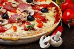 Nahes hohes der Pizza Stockfoto
