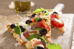 Nahes hohes der Pizza. Lizenzfreies Stockbild