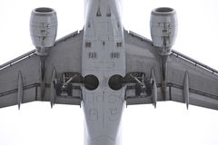 Nahes hohes des Flugzeuges lizenzfreies stockfoto