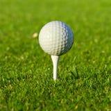 Nahes hohes des Golfballs Stockbild
