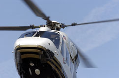 Nahes hohes des Hubschraubers Stockfotos