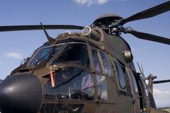 Nahes hohes des Hubschraubers Lizenzfreie Stockfotografie
