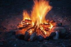 Nahes hohes des Lagerfeuers lizenzfreie stockfotos