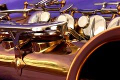 Nahes hohes des Saxophons stockbilder
