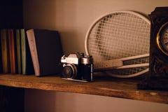 Nahes hohes Foto des alten Kameraobjektivs über hölzernem Regal stockbilder