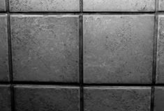 Nahes hohes Foto einer Backsteinmauer/der Fliesenwand in Schwarzweiss lizenzfreie stockbilder