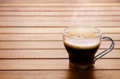Nahes hohes Foto einer Kaffeetasse über einer hölzernen Tabelle mit negativem s stockbild