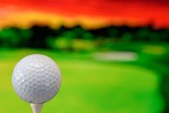 Nahes hohes Foto eines Golfballs im Golfplatz in einem warmen Sonnenunterganglicht lizenzfreie stockfotografie