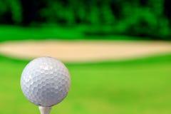Nahes hohes Foto eines Golfballs im Golfplatz in einem warmen Sonnenunterganglicht stockfotografie