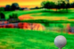 Nahes hohes Foto eines Golfballs im Golfplatz in einem warmen Sonnenunterganglicht lizenzfreie stockfotos