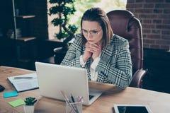 Nahes hohes Foto erwägen nachdenklich sie, die ihre Geschäftsdame aufmerksam schauen, zählend starke Finger der Zahlung Leser lizenzfreies stockbild