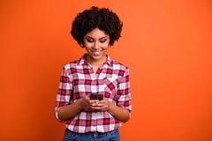 Nahes hohes Foto netter Dame halten Handtelefon Leser-E-Mail tausendjährige Abnutzung schreibend zufälliges kariertes kariertes H lizenzfreie stockbilder
