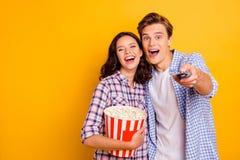 Nahes hohes Foto von den Paaren erfreut von der Freude er er seins sie ihr Damenkerl, der Kanal für das aufpassende Filmtragen wä stockfotografie