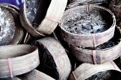 Nahes hohes Foto von leeren und schmutzigen Makrelenkörben am Markt lizenzfreies stockbild