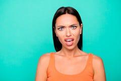 Nahes hohes Fotoporträt von frustriert ihr ihre Studentendame, die Gesichtsausdruck mit offener Mundvertretung machend Gesicht v lizenzfreie stockbilder