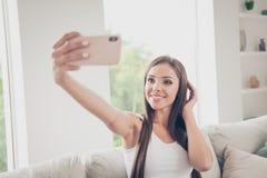 Nahes hohes Fotoporträt von ihr geselliger Mensch, der das Nehmen von selfi macht stockbilder