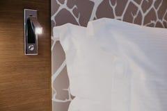 Nahes hohes Fragment des Schlafzimmers mit Leselampe im modernen Haus oder im Hotel stockfotos