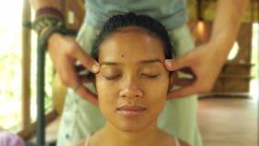 Nahes hohes Gesicht shotof junge herrliche und entspannte asiatische indonesische Frau, die traditionelle thailändische im Gesich stock video
