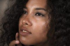 Nahes hohes Gesichtsporträt des jungen schönen und exotischen Mischethnielateins und afroe-amerikanisch Frau mit ausdrucksvollen  stockbilder