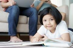 Nahes hohes Kindernetter spielender Teppich im Wohnzimmer Familie sind die Vatermutter und -tochter, die zusammen im Haus glückli stockbild