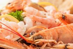 Nahes hohes Meeresfrüchte-Servierplatte Garnele und Langoustine Lizenzfreie Stockbilder