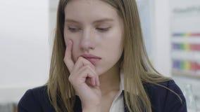 Nahes hohes Portr?t beteiligter trauriger junger Dame in der Abendtoilette, die weg schaut und in der Kamera, denkend an sie stock video footage