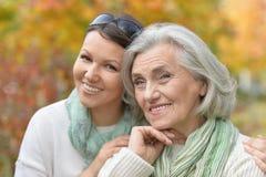 Nahes hohes Porträt der älteren Frau mit erwachsener Tochter im herbstlichen Park stockbilder