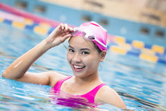 nahes hohes Porträt der Frau im Swimmingpool stockfotos