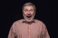 Nahes hohes Porträt des älteren Mannes lokalisiert auf schwarzem Studiohintergrund lizenzfreies stockfoto