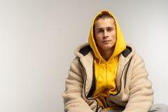 Nahes hohes Porträt des gut aussehenden Mannes im gelben Hoodie stockbilder