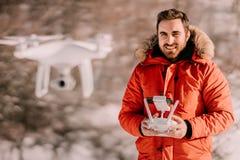 Nahes hohes Porträt des jungen Erwachsenen, des kaukasischen männlichen funktionierenden Drohne, Fliegendrohne mit Fernbedienung  stockbilder