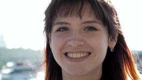 Nahes hohes Porträt des jungen kaukasischen attraktiven Brunette Frauen-Lächelns stock video footage