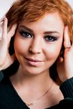 Nahes hohes Porträt des jungen schönen Rothaarigemädchens lizenzfreie stockbilder