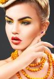 Nahes hohes Porträt des Studios des jungen Mode-Modells mit Eberesche acces Lizenzfreies Stockfoto