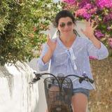 Nahes hohes Porträt einer Frau gegen bunten Hintergrund von Blumen in Andros-Insel in Griechenland lizenzfreie stockbilder