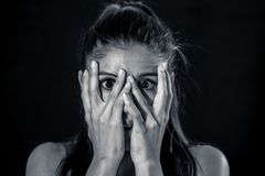 Nahes hohes Porträt erschrak die junge attraktive lateinische Frau, die erschrocken durch ihre Finger in den Gesichtsausdrücken u lizenzfreie stockfotos