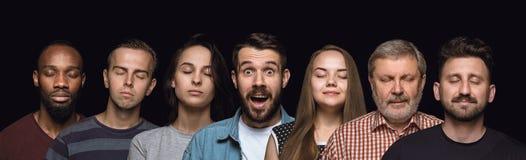 Nahes hohes Porträt von den jungen Leuten lokalisiert auf schwarzem Studiohintergrund stockbild
