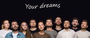 Nahes hohes Porträt von den jungen Leuten lokalisiert auf schwarzem Studiohintergrund lizenzfreie stockbilder
