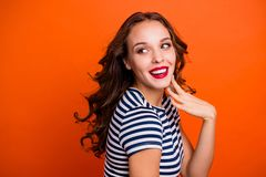 Nahes hohes Porträt von frohem, mit den perfekten gebräunten geraden Zähnen der Haut sie faszinierend ihre Dame, die Hand nahe stockfotos