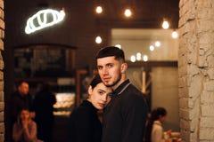 Nahes hohes Porträt von jungen reizenden Paaren im schwarzen Stoff stockbilder