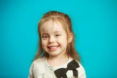 Nahes hohes Porträt von schönem wenig Mädchen auf blauem Hintergrund lizenzfreie stockfotografie