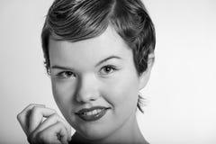 Nahes hohes Portrait der Weinlese der reizenden jungen Frau Stockfotos