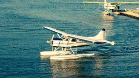 Nahes hohes Seeflugzeug auf Wasser lizenzfreie stockbilder