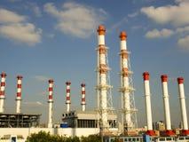 nahes Industriegebiet, Nahaufnahme von industriellen Rohrleitungen der Anlage, Stromnetz Lizenzfreie Stockbilder
