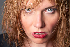 Nahes Porträt des nervösen jungen blonden Mode-Modells mit dem nassen Haar u. Stockfoto