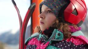 Nahes Porträt eines Mädchens in der Skiausrüstung und -sturzhelm Jugendlich steigt in eine Skiaufzugkabine Das Mädchen hat eine e stock video footage