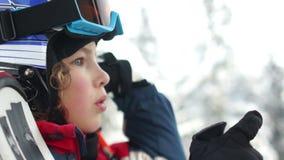 Nahes Portrait Jugendlich Junge in einem Sturzhelm und in den Schutzbrillen steigt oben in eine Skiaufzugkabine Das Kind lacht gl stock video