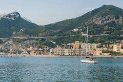 Nahes Ufer der einzelnen Yacht Lizenzfreie Stockfotos