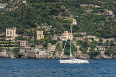 Nahes Ufer der einzelnen Yacht, Seitenansicht Lizenzfreies Stockbild